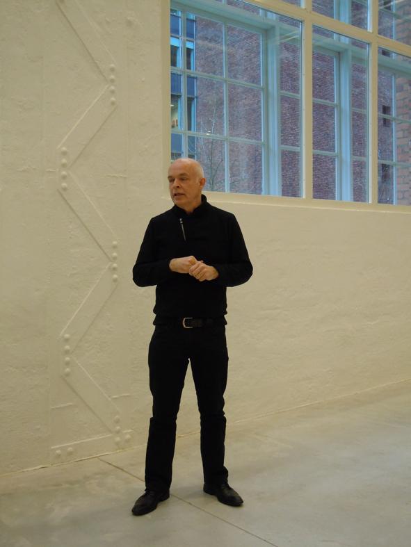 Länsmuseets chef Carl-Magnus Gagge inleder rundvandringen från stora hallen i mitten.
