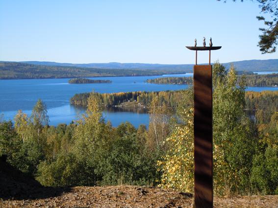 "Utsiktsplatsen på Lekomberget med ""Hoppets båt"" av konstnären Irene Samuelsson Ohlanders. Foto Christina Lindeqvist."