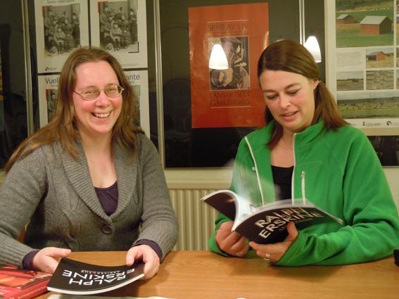 """Anna Forsberg t hö och Jenny Findahl t vä på Länsmuseet Gävleborg. Vi pratar ihop oss om boken """"Järnladies"""". Foto Ch Lindeqvist."""