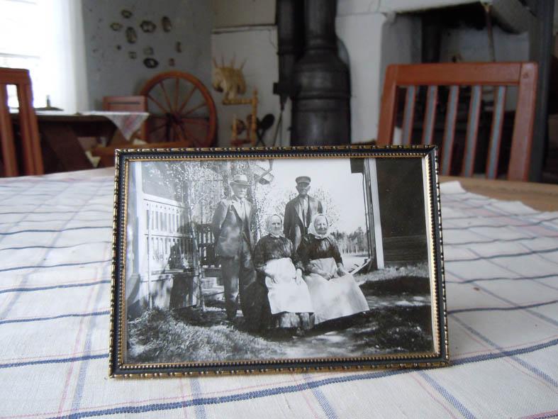 Här sitter de två systrarna som bodde sist i huset. På övre bilden visar Olle Olsson med ryggen mot kameran runt i det gamla köket. Fr vänster står Kalle Nordebring från Riddarhyttan, Lennart Lindgren från Hallstahammar, Gunnar Ahl från Karmansbo och Ulla Carlsson från Malingsbo.