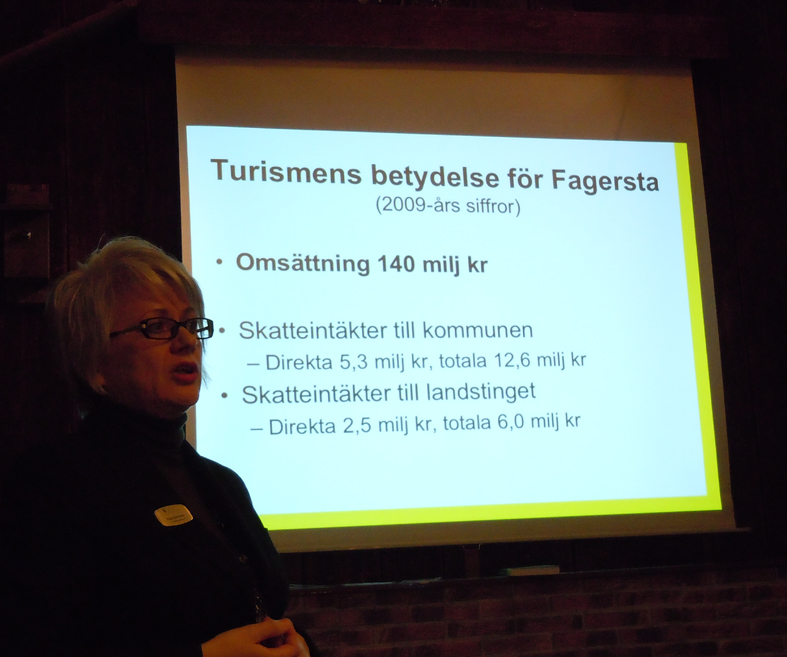 Raija Edvinson berättar om turismen i Fagersta kommun. Överst inleder vi träffen med kaffe och smörgås så alla får bekanta sig lite med varandra. Många har även kört långt och behöver nåt att äta.