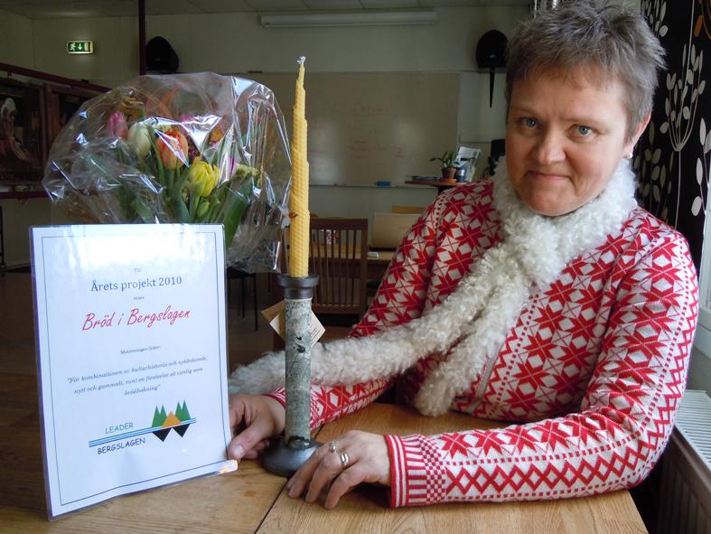 Eva Långberg vid det fina priset som utdelades på årsmötet! Foto Ch Lindeqvist