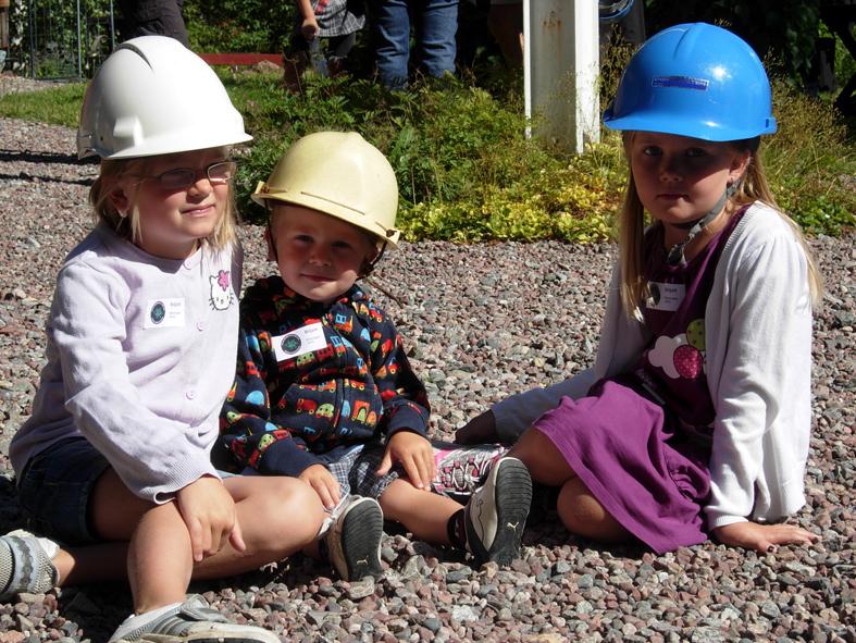 Det två översta bilderna: Hammarbacken i Ludvika där det är barnprogram varje onsdag kl 13 hela sommaren. Undre bilden visar barn inför en vandring runt gruvhålen på Flogberget. Där sker barnvisningar varje måndag kl 11 hela sommaren.