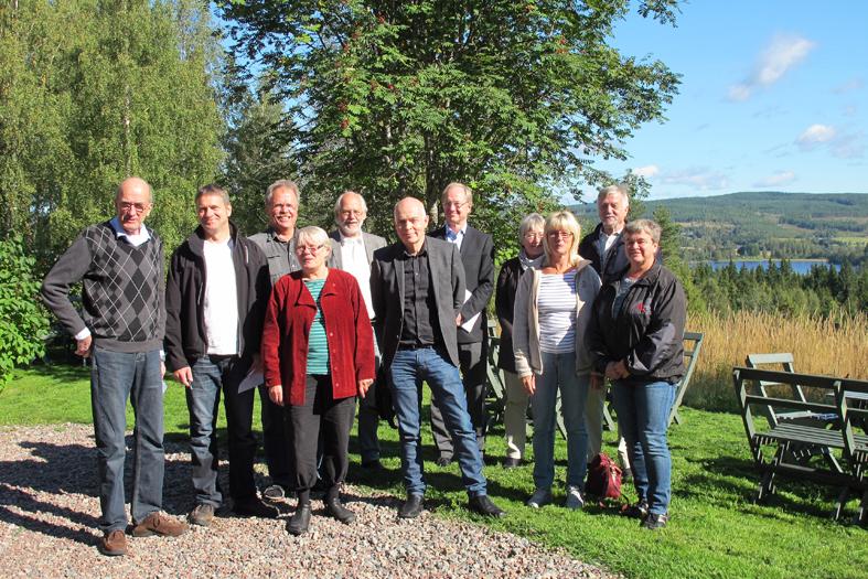 Flogberget med styrelsen som ställde upp sig i skarpt solsken. Fr vä står Ulf Andersson och Thomas Björnhager, Smedjebackens kn, Olle Olsson, Fagersta kn, Gunlög Olsson, Skinnskattebergs kn, ordf Ingvar Henriksson, Ludvika kn, Carl-Magnus Gagge, Länsmuseet Västmanland, Ulf Löfwall, länsantikvarie Dalarna, Karin Johanson, ekonom står bakom Mona-Lisa Gleimar och Anna-Karin Andersson, båda från Ludvika kn och längst t hö bakom damerna står Ekorådets ordf Gunnar Ahl från Karmansbo i Skinnskatteberg.