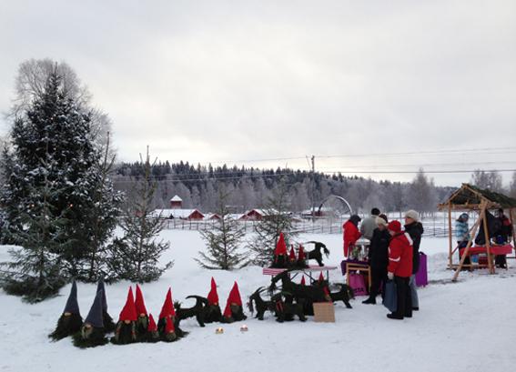 Julmarknad på Ludvika Gammelgård med gruvmuseet i bakgrunden.