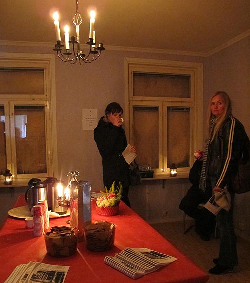 Ljus och varm glögg inomhus! Huset var förvånansvärt fint inuti.
