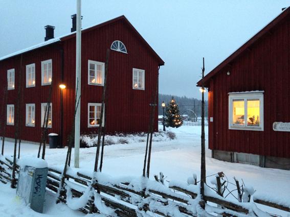 Huset till vänster är Hällsjöns gamla gästgiveri som flyttades hit 1950 och det är där på nedre botten i bortre gavelrummet som Ekomuseum hyr för sitt kansli. I huset till höger finns hembygdsföreningens kansli och arkiv. Vattenhjulet från Östanberg ses i mitten, där ligger gruvmuseet.