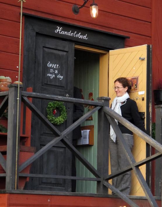 Ekomagasinet på Västanfors hembygdsgård är en rolig handelsbod, öppen varje dag mellan 11-18. Här står verksamhetsledare Malin Andersson och hälsar välkommen.