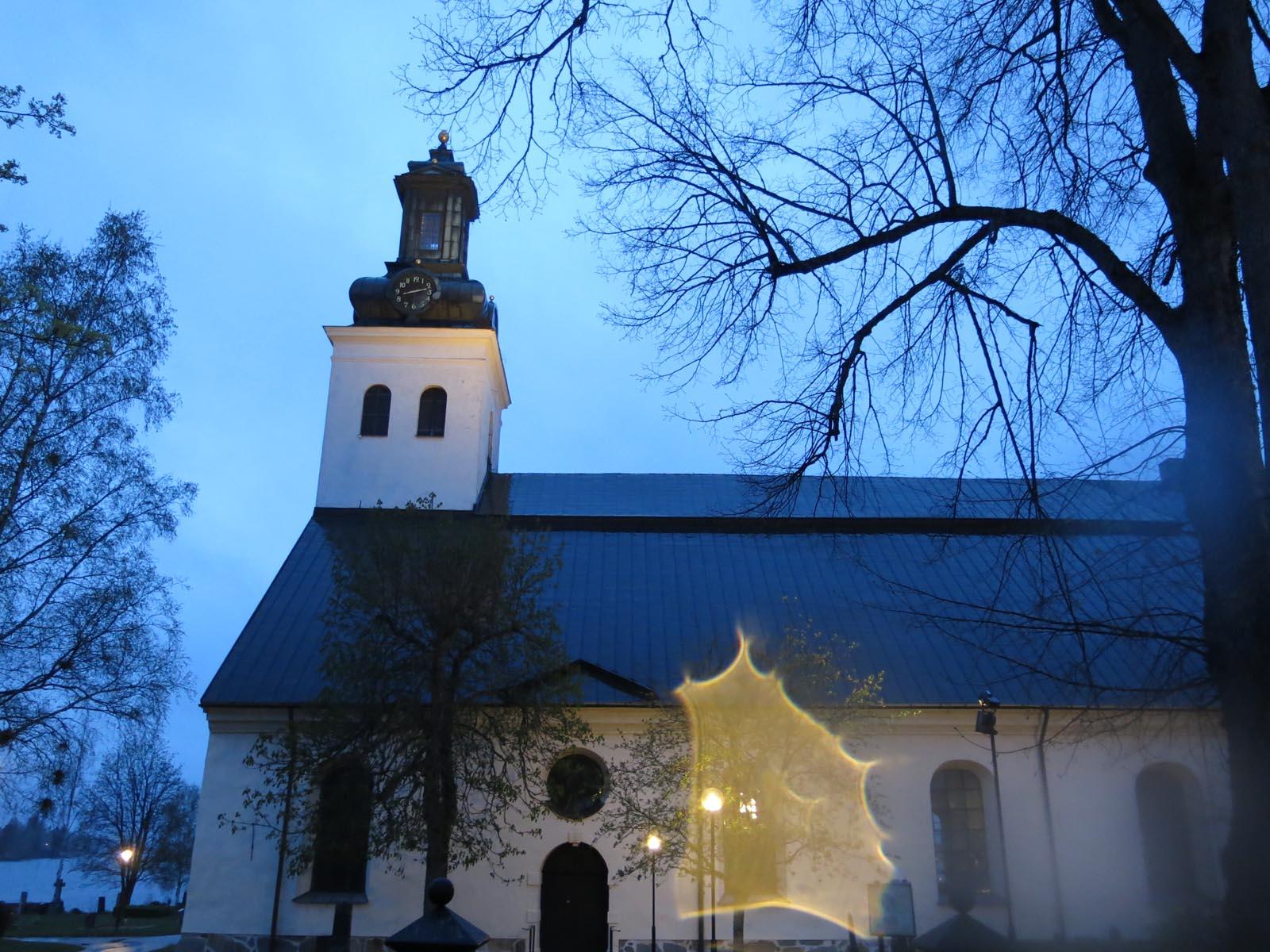 Kyrkan i vårkvällen