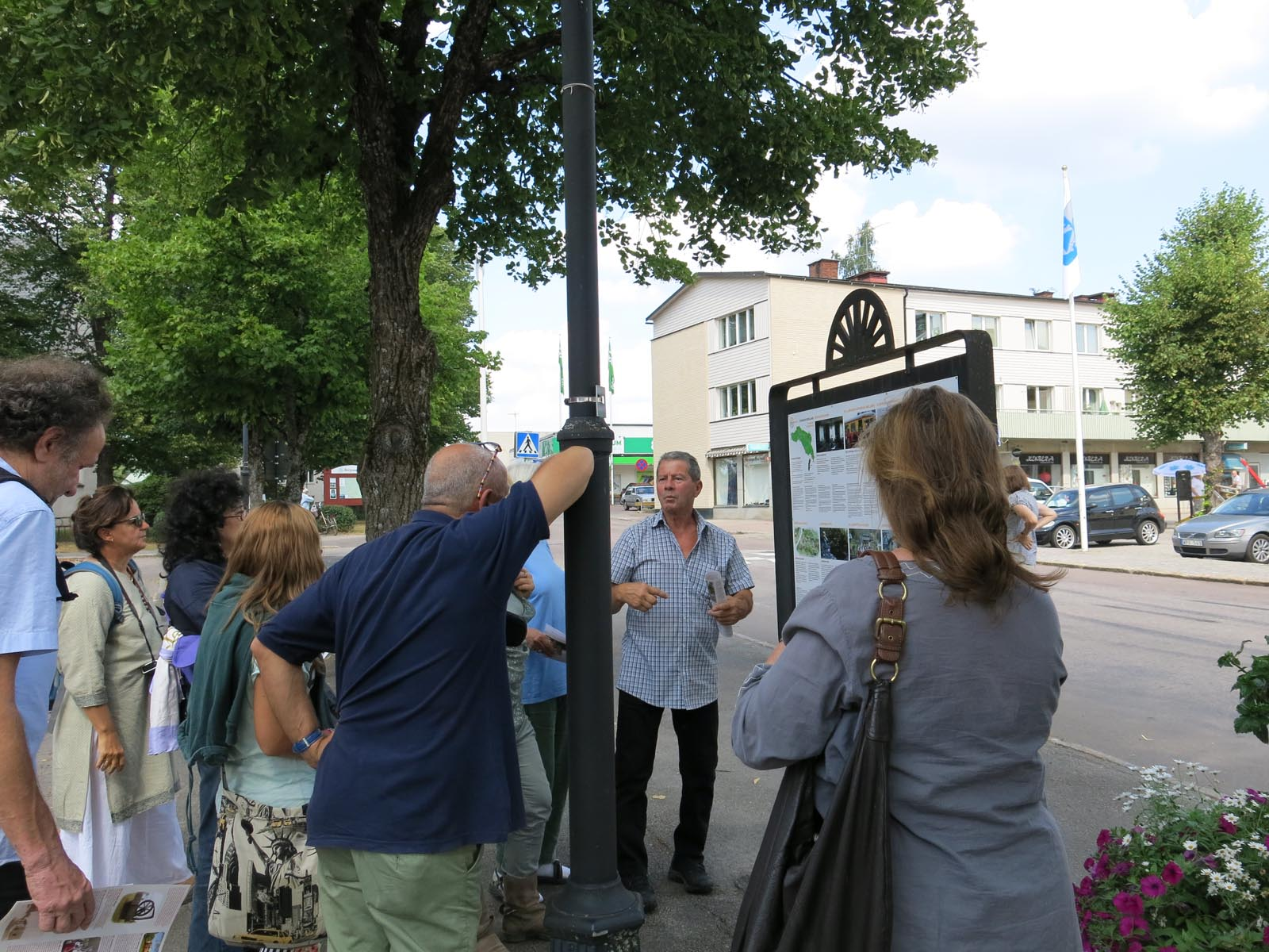 i Gamla Norberg framför EmB:s infotavla
