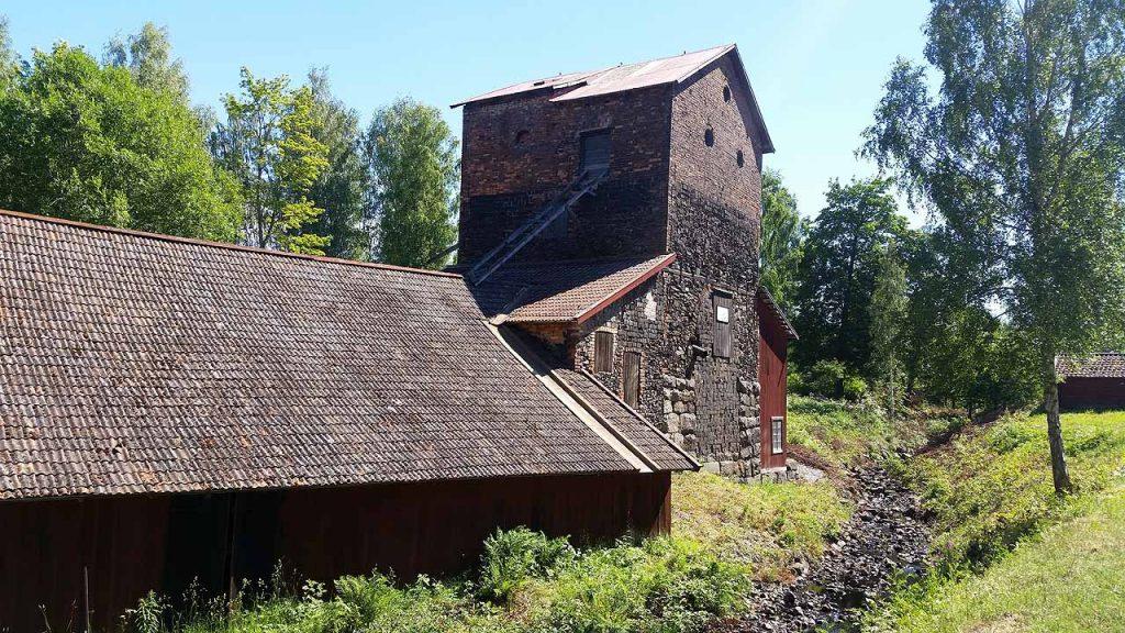 Flatenbergs hytta, som drevs av bergsmän. Det är sommar och bäcken är torr…