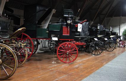 Några av ekipagen på Eks Vagnmuseum utanför Skultuna,