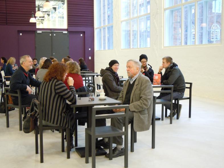Vi började med en kopp kaffe i den rymliga industrihallen. Foto Ch Lindeqvist.