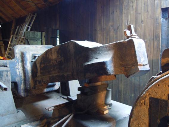 Trångfors 9 ton tunga hammare slog ut ämnen till stångjärn under många år. Hammaren drivs av ett vattenhjul. Det var ett hantverk som sköttes av några skickliga smeder. Foto ChL.