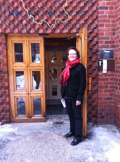 Dalarnas museum och Maria Björkroth vid stora entrén. Foto ChL.