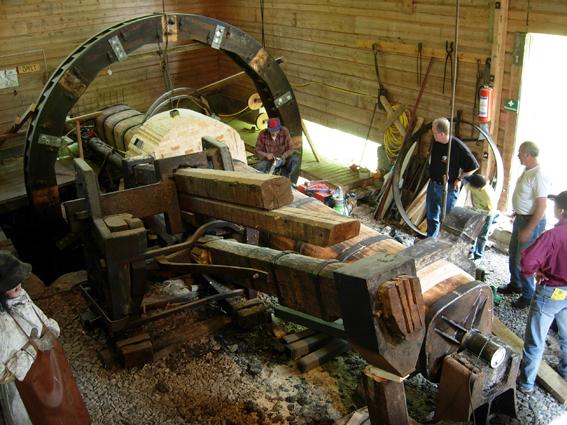 Räckhammarsmedjan i Gravendal, Grangärde finnmark. Byalaget renoverar vattenhjulet som driver räckhammaren. I smedjan demonstreras tysksmide på sommaren. Foto Ch Lindeqvist.
