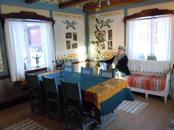 Rune Lindström-rummet, Eva Långberg njuter av miljön. Foto Ch Lindeqvist.