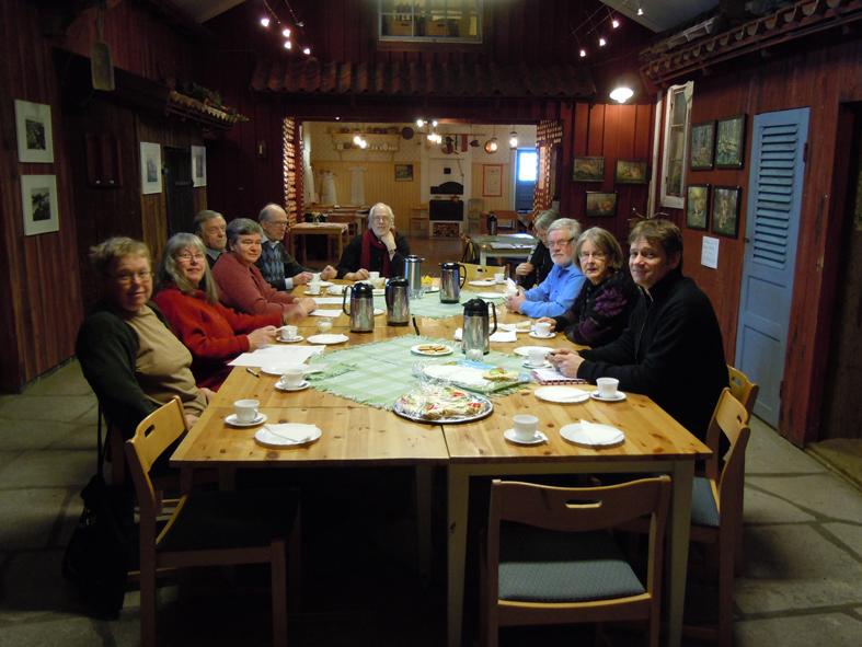 Styrelsen dricker kaffe, äter smörgås och väntar in de sista ledamöterna inför sammanträdet i fredags. Vi sitter i Logen på Västanfors hembygdsgård i Fagersta.