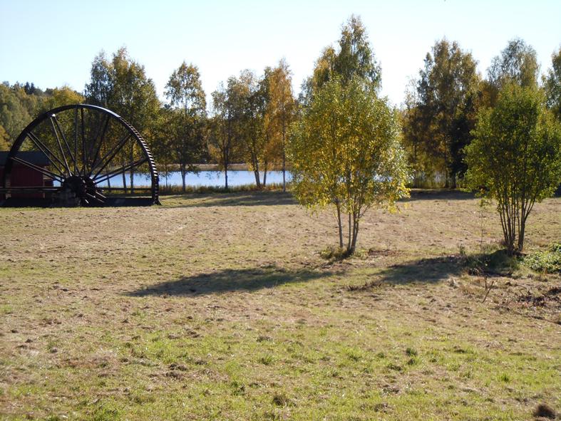 På den här platsen vid Marnästjärn vore det fint med ett kretsloppshus. Bredvid står det stora vattenhjulet från som kommer från Östanberg i Smedjebacken. Hjulet drev vattenpumparna vid en liten gruva för 100 år sen. Så var det då och inte för så längesen heller. Är de enkla vattenhjulens tid verkligen förbi?