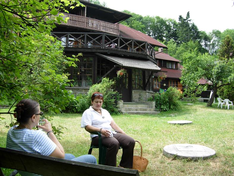 Ett trähotell för vila intill skogen och byn Lanckorona. Polska kollegor vilar i trädgården efter en långpromenad. Övre bilden visar de vida vyerna från byn som ligger högt över jordbrukslandskapet. Foto ChL.