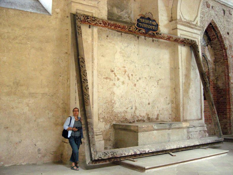 Här står kollegan Barbara Kazior i kyrkorummet vid en tavelram. Övre bilden visar en liten del av klostret Leubus i byn Lubiaz, Schlesien.