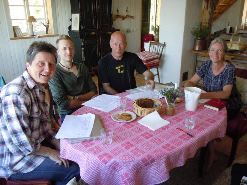 Solen var starkt på Rikkenstorp. Här njuter av av svalkan inomhus. Fr vä Susanne Andersson, sen familjen Holmdahl med Joel, Nils och Hélène LIttmarck Holmdahl.