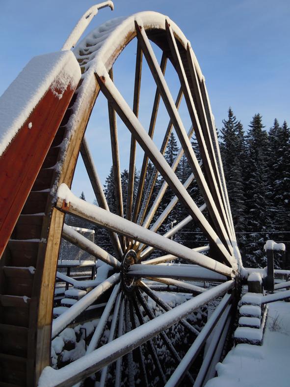 Lombergshjulet på riksväg 50 mot Örebro strax utanför Grängesberg, restaurerat och på sin riktiga plats. Här stod det en gång och gjorde tjänst åt gruvan. Runt 1850 fanns 7 st såna här stora vattenhjul som drev gruvan.  Det är ett så kallat överfallshjul, en i mina ögon tunn vattenstråle drev detta jättehjul och vattnet kom liksom från ovansidan, den syns på bilden. Hjulet snurrar alltid sommartid, just nu står det stilla och låter sig snällt snöas över. Jag tog bilden idag.