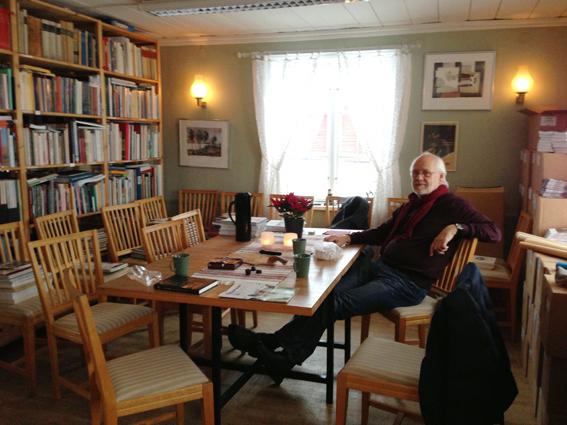 Ekomuseums kansli är öppet på Gammelgårdens julmarknad. Här sitter ordföranden Ingvar Henriksson och känner in julen med kaffe, pepparkaka och chokladbitar.