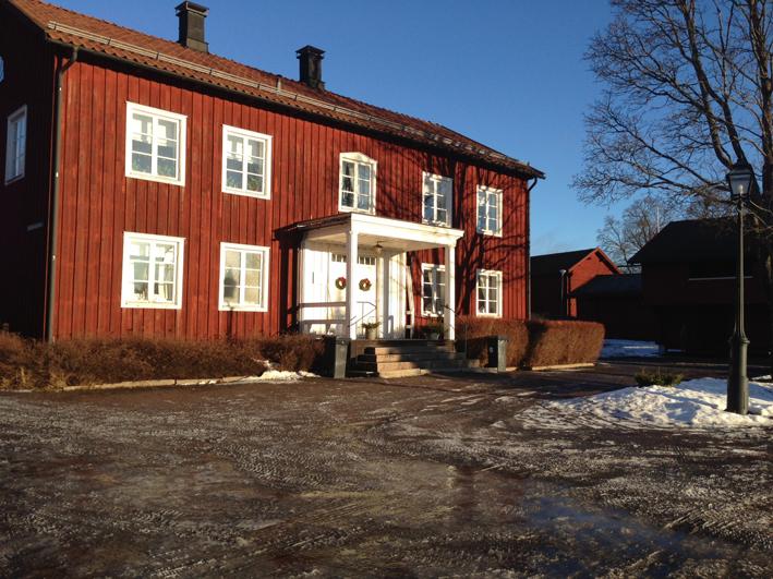 Hällsjöns gamla gästis på Ludvika Gammelgård. Ekomuseums kansli ligger i bortre gavelrummet på nedre botten.