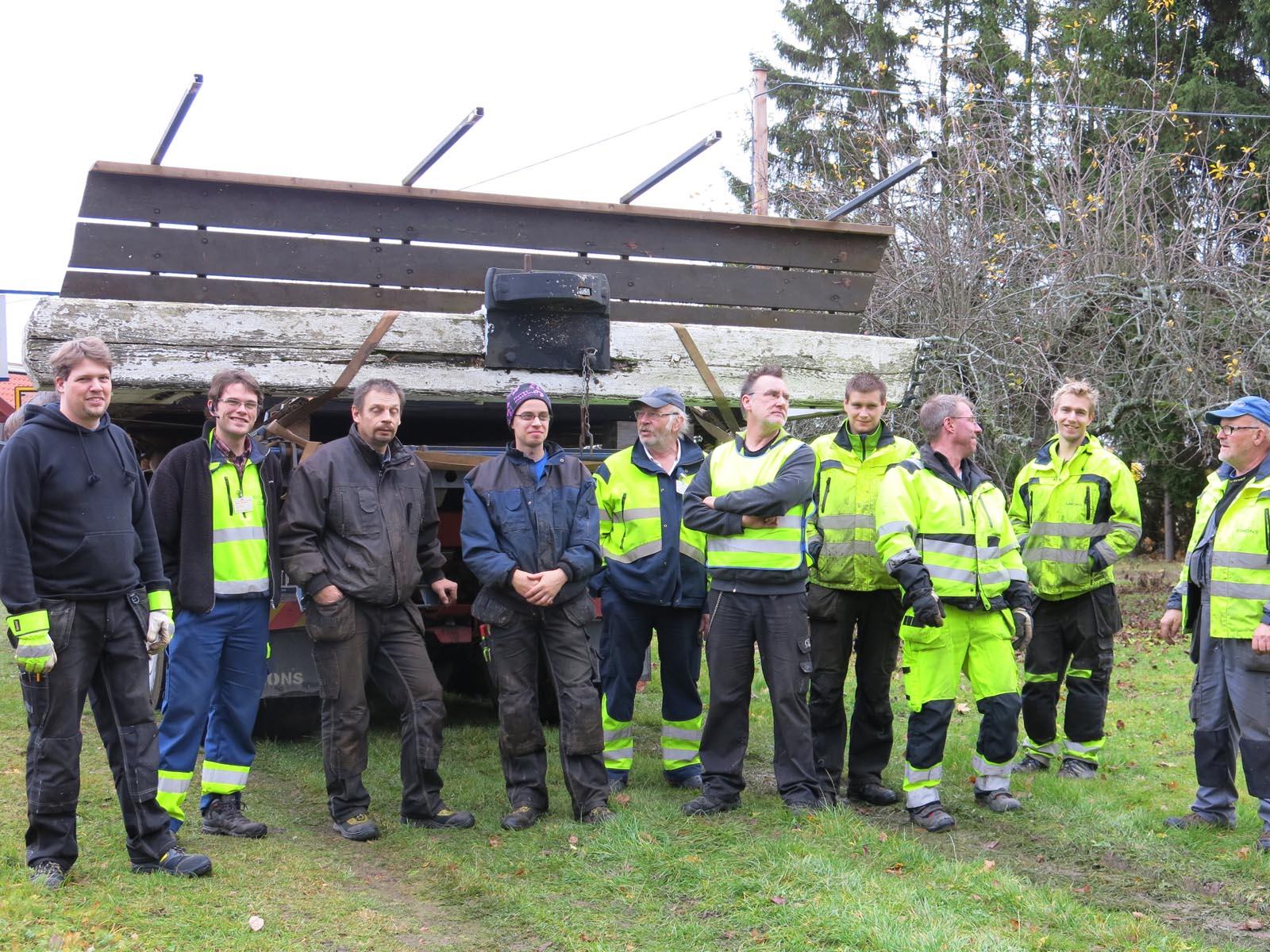 Tio man hjälptes åt. Här ligger slussportbladet på lastbilsfaket.