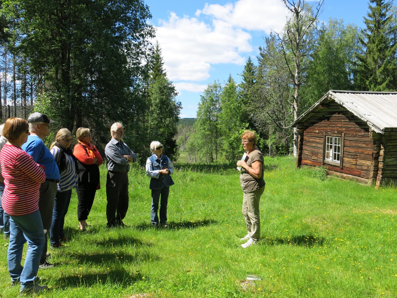 Birgitta Ahrås guidar vid