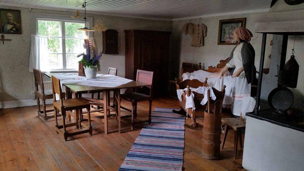 Inne i köket på bergsmansstugan på Västanfors hembygdsgård i Fagersta.